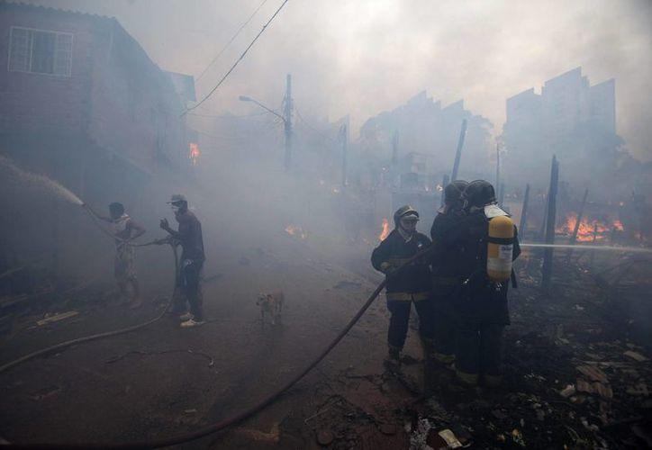 Los habitantes de la barriada consiguieron evacuarla antes de que el fuego se extendiera. (EFE/Archivo)