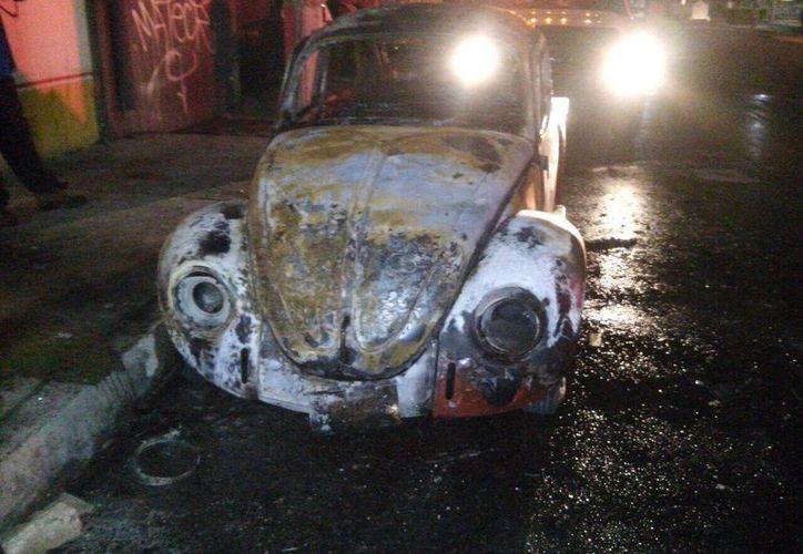 El 'vocho' quemado fue encontrado sobre la avenida Talleres. (Redacción/SIPSE)