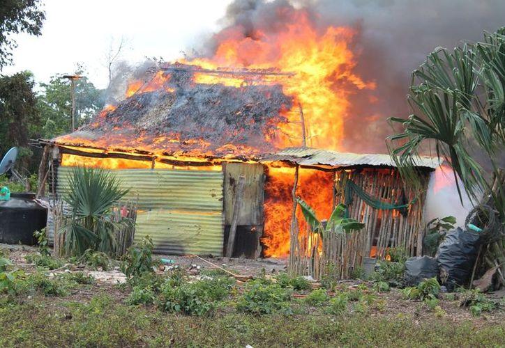 Ante la falta de equipo y bomberos en el municipio, el fuego arrasó con toda la casa y pertenencias de la familia, que ayer no tuvo donde pasar la noche. (Juan Carlos Gómez/SIPSE)