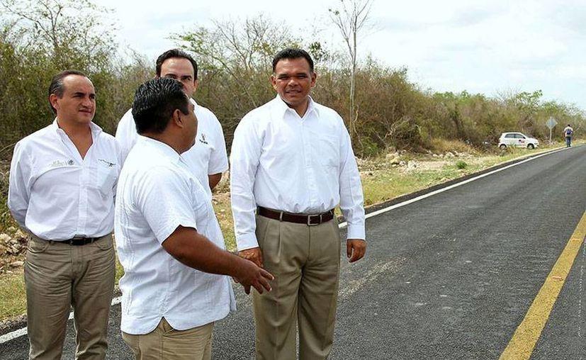 Ayer, el gobernador Rolando Zapata Bello entregó obras viales y de electrificación en Tixpéhual. (Cortesía)