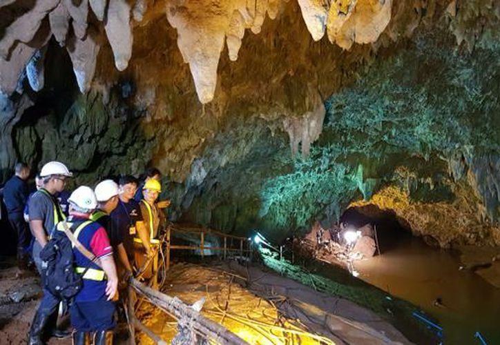 Niños llevan varios días atrapados en una cueva en Tailandia. La FIFA les ofrece premio (Foto: abc.es)