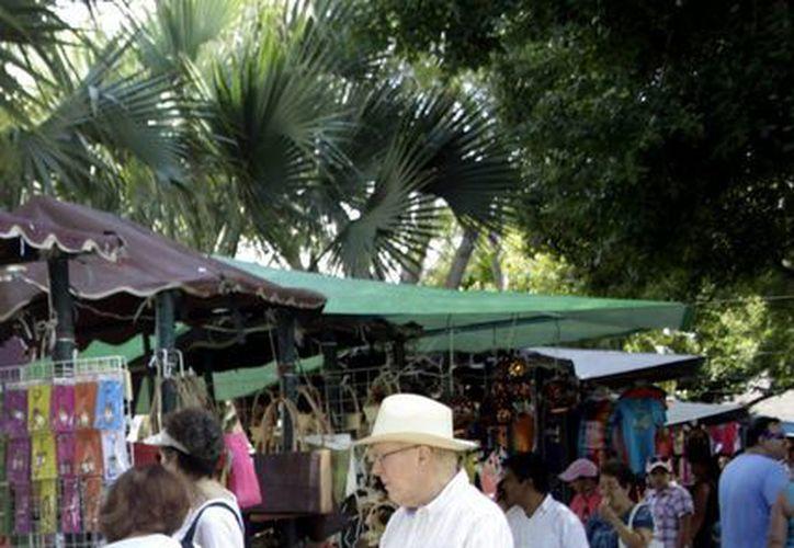 Como cada fin de semana, artesanos, reposteros y artistas se reunieron en la Plaza Principal. (Chsitian Ayala/SIPSE)