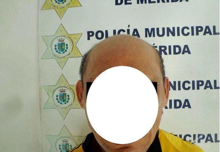 Un hombre en un comercio del centro de Mérida escondió un paquete de queso debajo de su ropa, fue descubierto por el vigilante, corrió y fue detenido. (Foto cortesía de la Policía Municipal)
