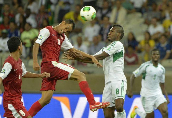 Los campeones de África no tardaron en implementar su estilo y con un futbol rápido dominaron a las tahitianos. (Agencias)