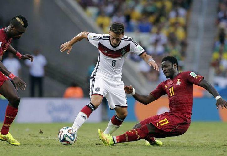 Muntari (d) trata de despojar del balón a Ozil en partido en el que finalmente Ghana y Alemania empataron 2-2. (Foto: AP)