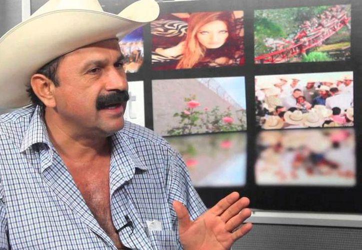 """Hilario Ramírez, alcalde reelecto de San Blas, famoso por declarar que """"sí robo, pero poquito"""", celebrará su cumpleaños con la banda El Recodo y comprará 50,000 cartones de cerveza... de entrada. (YouTube)"""