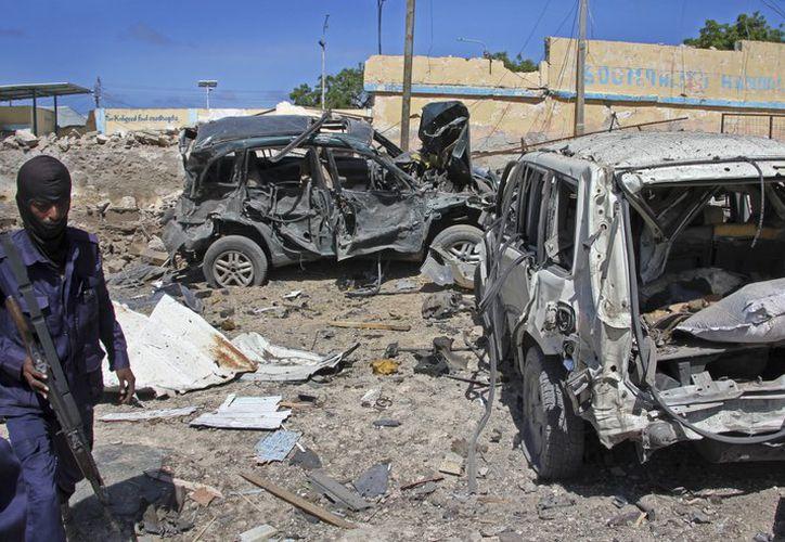 Un suicida se inmoló en un coche bomba ante un edificio oficial de la capital de Somalia. (AP).