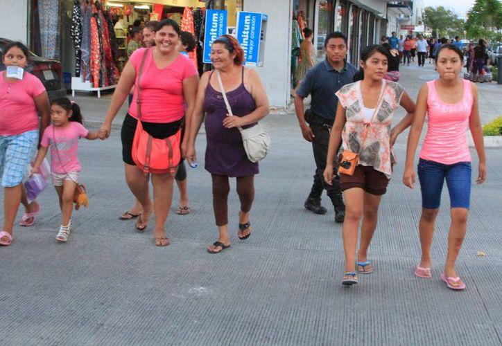 Las personas en general deben evitar andar solas durante las noches. (Ángel Castilla/SIPSE)
