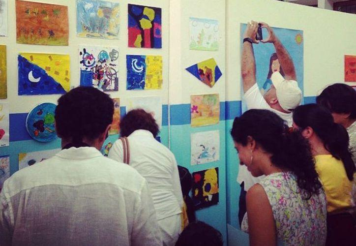 """Los papás admiraron la exposición de pintura de sus pequeños artistas en la clausura del curso """"Los Colores de la Ruptura"""". (Facebook Macay)"""