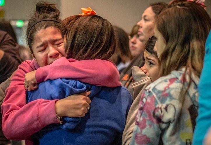Familiares y estudiantes de la escuela secundaria Berrendo después de que un joven disparó en el lugar, en Roswell, Nuevo México. (Agencias)