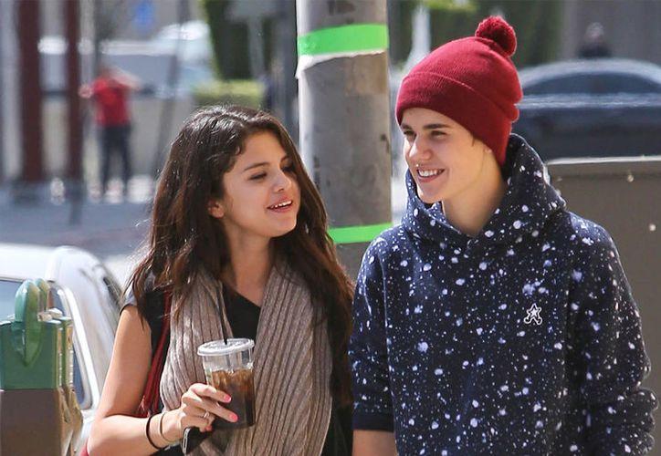 Selena y Justin no han dejado de ser perseguidos por los medios tras mostrarse juntos otra vez. (Foto: bollyy.com)