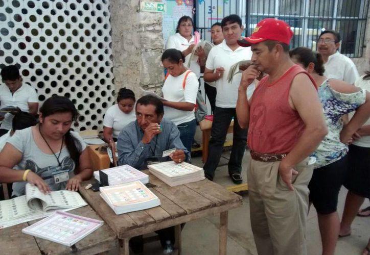 En Izamal hay buena afluencia de electores a las urnas, a tal grado que en una hora se espera cerrar la votación. (Joel González/SIPSE)