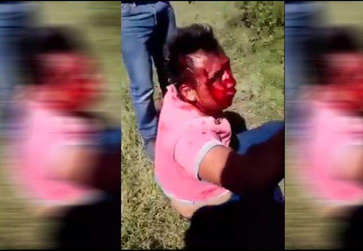 Los pasajeros del autobús golpearon a los asaltantes hasta que llegó la autoridad. (Captura de pantalla)