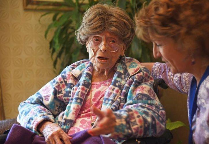 Dunlap asegura que no sentía nada diferente por ser la mujer más longeva de su país. (Chris Pedota/The Record via AP)