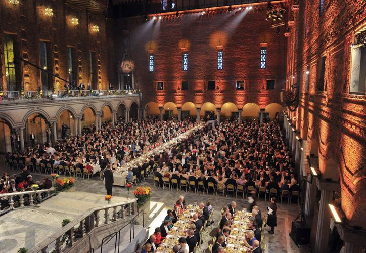 Vista general de la tradicional cena de gala de los Premios Nobel, en el Ayuntamiento de Estocolmo, Suecia. (EFE)