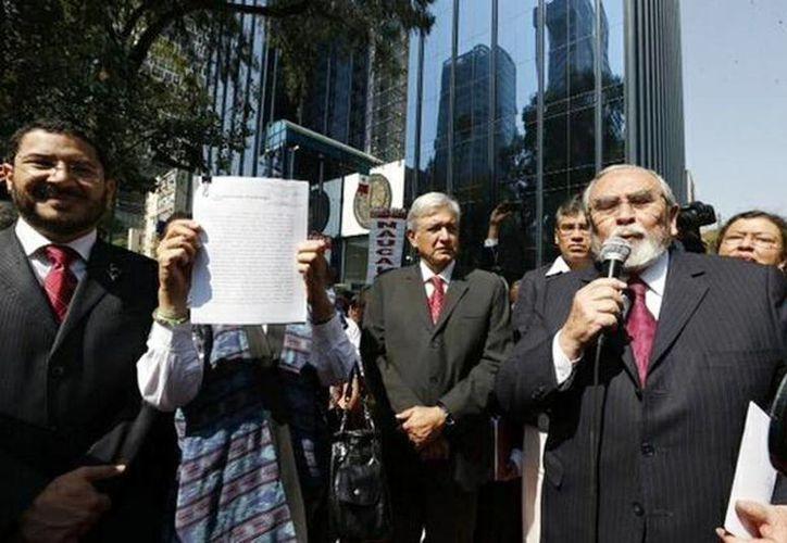 Andrés Manuel López Obrador acompañado de Martí Batres (izquierda) Bernardo Bátiz (derecha) al exterior de la Procuraduría General de la República. (Twitter @MarthaIreneLen)