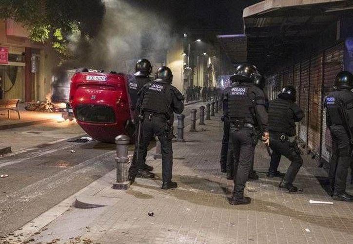El enfrentamiento en Barcelona con la policía dejó 14 heridos. (twitter.com/elperiodico_cat)