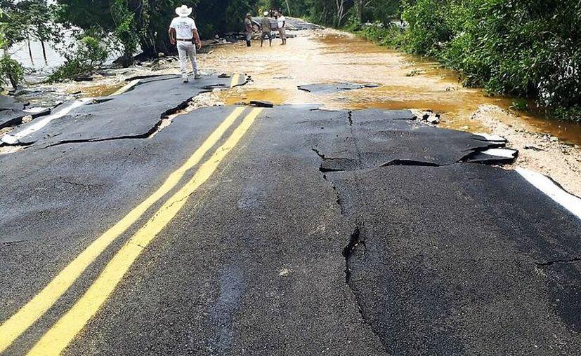 La empresa que hizo la carretera se comprometió a colocar drenes para desalojar agua en acumulamientos futuros. (Javier Ortiz/SIPSE)