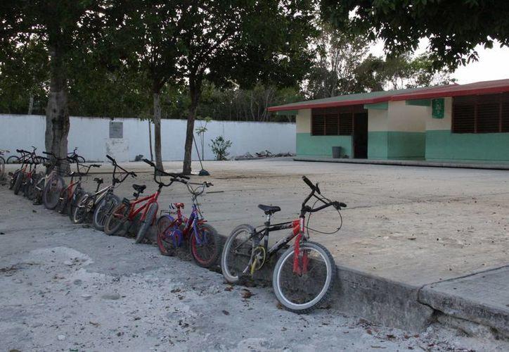 Pocos alumnos cuentan con una biciclte para trasladarse a la escuela. (Consuelo Javier/SIPSE)