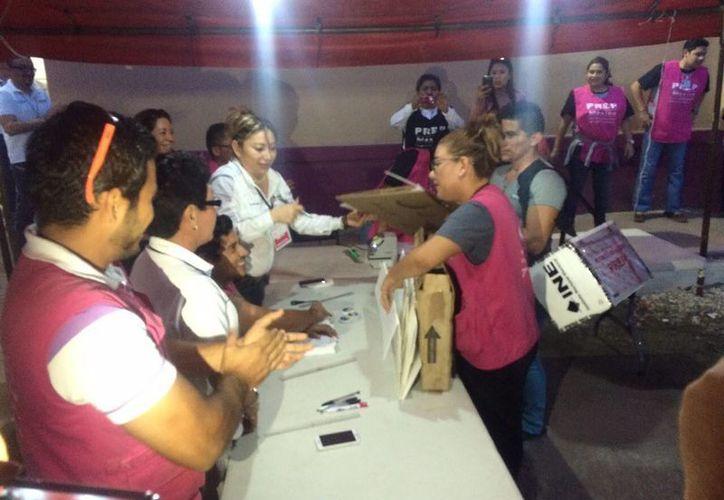La primera casilla en llegar al INE en Chetumal fue  la número 302 básica. (Claudia Martín/SIPSE)