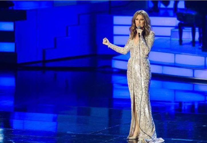 Celine Dion durante una de sus permanentes presentaciones en Las Vegas. La cantante regresó en 2015 al escenario después de una pausa por la enfermedad de su esposo. (Archivo AP)