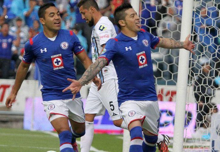 Rogelio Chávez (der.) y Marco Fabián, del Cruz Azul, celebran el primer gol de la victoria que La Máquina sobre Gallos Blancos de Querétaro, en el estadio Azul. (NTX)
