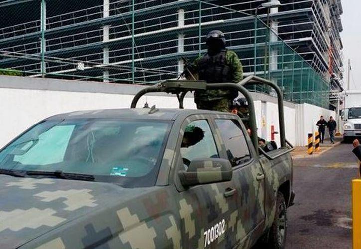 Una escolta del Ejército mexicano acompañó al alcalde de Cuernavaca, Cuauhtémoc Blanco, al entrenamiento del América. (Imagen tomada lopezdoriga.com/@higypop)
