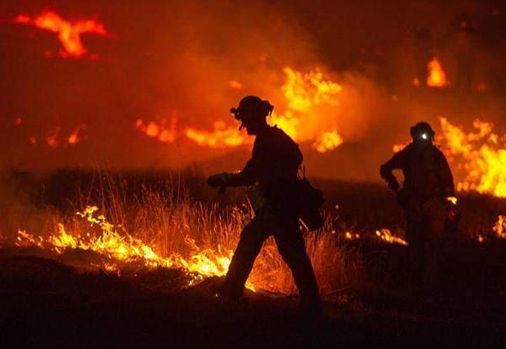 """El incendio """"Rocky"""", ubicado al norte de California, es combatido por mas de tres mil bomberos. Hasta el momento se tiene controlado sólo el 12 por ciento del siniestro. (AP)"""