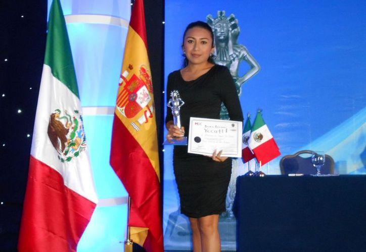 La directora del Agua Potable de Motul, Carmen Beatriz Chi, recibió el Yecalt el pasado 23 de noviembre en la Ciudad de México. (Cortesía)