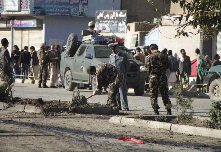 Oficiales de seguridad afganos en el escenario de un atentado con bomba dirigido contra un convoy del Ejército Nacional Afgano, en Kabul. (EFE/Foto de archivo)
