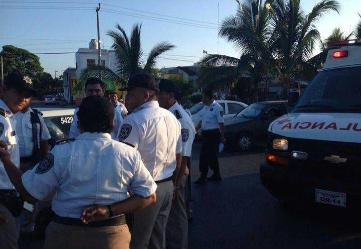 Una ambulancia de la Cruz Roja arribó al lugar para atender al lesionado. (Redacción/SIPSE)