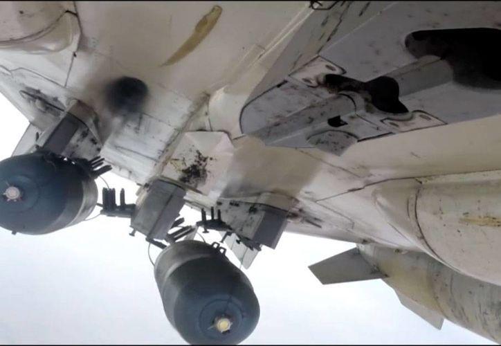 Imagen tomada del sitio web de un funcionario de Ministerio de Defensa ruso, el 17 de noviembre de 2015, muestra a un avión ruso Su-24M durante un ataque aéreo en Siria, los cuales se han intensificado. (Servicio de Prensa de Ministerio de Defensa ruso vía AP)