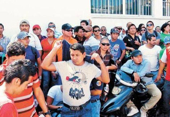 Los empleados de la empresa Oceanografía en Ciudad del Carmen, Campeche, advirtieron mantendrán hasta el martes el bloqueo al muelle del puerto. (Milenio)