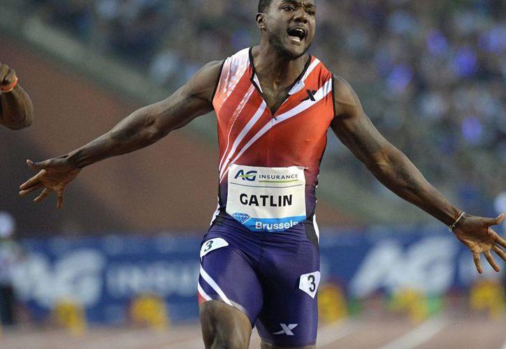 Justin Gatlin gana los 100 metros plano en la Liga Diamante en Qatar con récord. (Fotografía: AP)