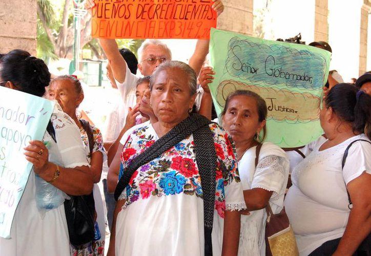 """Afectados por el presunto fraude de """"Crecicuentas"""", frente a Palacio de Gobierno. (Milenio Novedades)"""