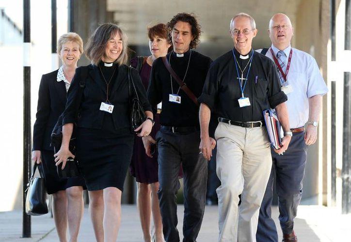 El arzobispo de Canterbury, Justin Welby, segundo de la derecha, y miembros no identificados del clero llegan a la reunión del Sínodo General en la Universidad de York, Inglaterra. (Agencias)