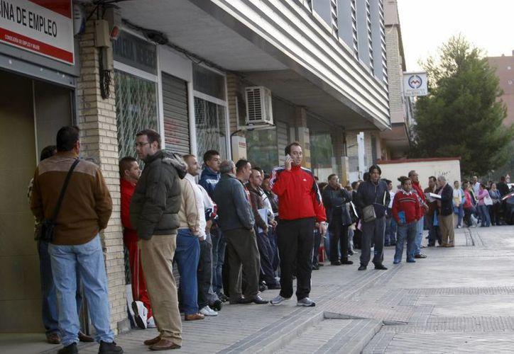 Largas filas en el INEM, servicio de búsqueda de empleo del estado español. (EFE)