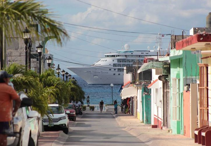 Los turistas de crucero que deciden recorrer Cozumel dejan poca derrama económica en los comercios locales. (Gustavo Villegas/SIPSE)
