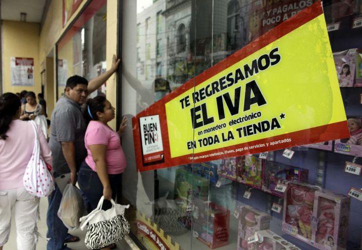 La gente analizaba las promociones otorgadas por el Buen Fin. (Christian Ayala/SIPSE)