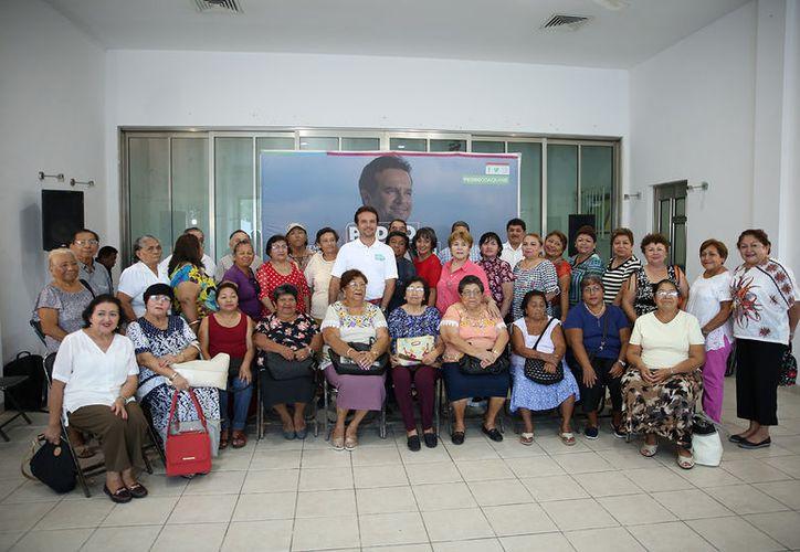 Pedro Joaquín pidió a los adultos mayores su respaldo para mejorar las condiciones de vida para los cozumeleños. (Redacción/SIPSE)
