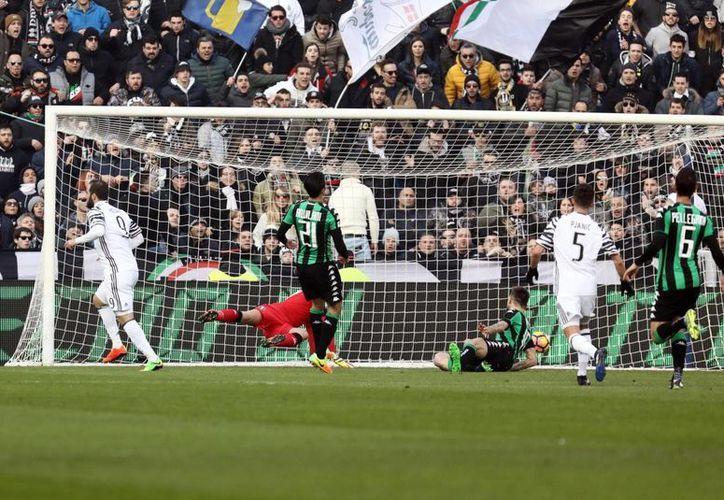 Momento en que el delantero argentino Gonzalo Higuaín anota en partido ganado 2-0 por Juventus a Crotone. (AP)