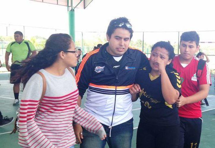 Las jugadoras de Isla Mujeres lamentan la derrota. (Ángel Mazariego/SIPSE)