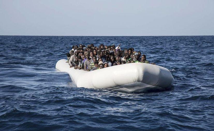 Los cuerpos de rescate encontraron en el Estrecho de Gibraltar a los africanos muertos, que al parecer naufragaron. Imagen de contexto de una embarcación con decenas de migrantes, en el Mar Mediterráneo. (AP Photo / Sima Diab)