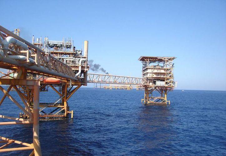 Pese a la caída en el precio internacional del petróleo, Pemex calcula ahorrar 21 mil millones de pesos en los próximos cuatro años. (oronegro.mx)