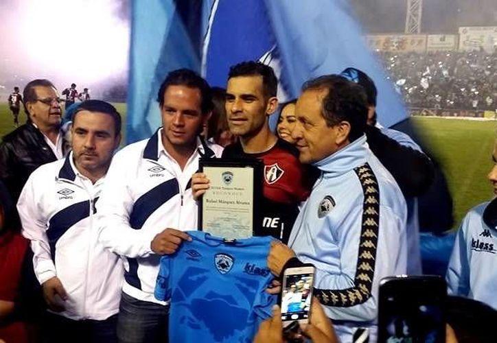 El futbolista mexicano fue homenajeado por parte de la directiva del Tampico Madero, antes de iniciar el encuentro amistoso.(@Atlasfc)