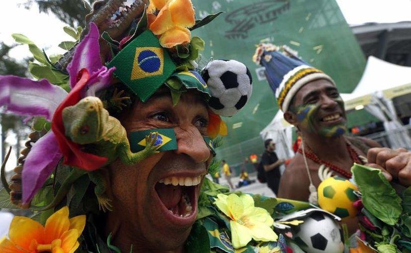 Aficionados brasileños inundan de color y música las inmediaciones del estadio Maracaná, en Río de Janeiro, antes del partido entre Brasil y España. (EFE)