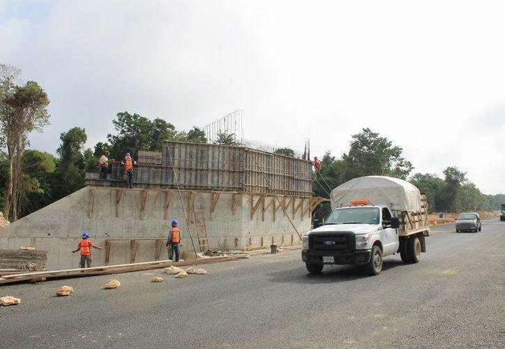 A los habitantes de los poblados colindantes a la Ruta del Chicle les preocupa que el puente que les acortaría el camino aún no está terminado. (Juan Cano/SIPSE)