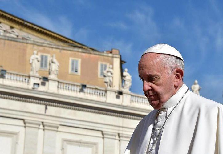 El Papa Francisco declaró este domingo en la Plaza de San Pedro que el robo de documentos del Vaticano es un 'acto deplorable que no ayuda'. (EFE)