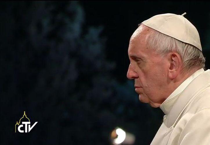 El papa Francisco encabeza el Viacrucis del Vaticano. (Foto: Internet)