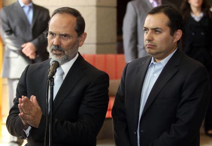 El presidente del PAN, Gustavo Madero, junto al coordinador de los senadores  panistas, Ernesto Cordero. (Notimex)